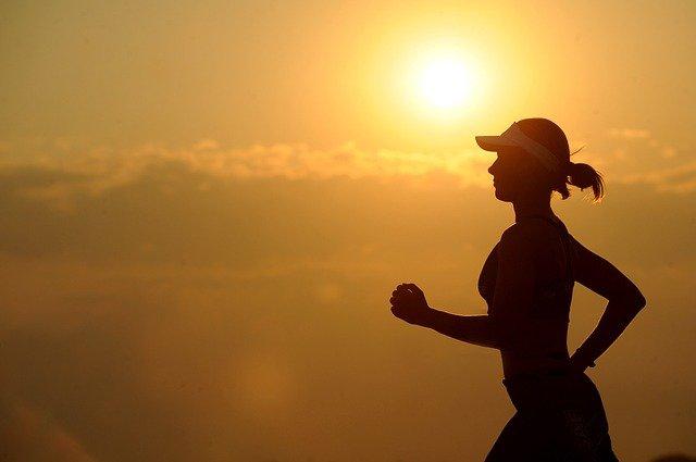 slunce za běžkyní