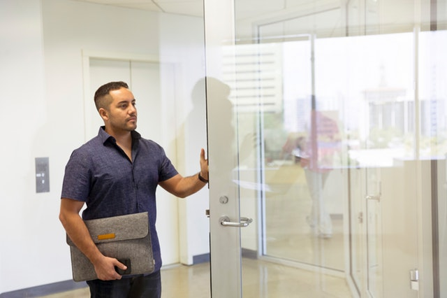 Originálny interiérový prvok vo forme posuvných sklenených dverí