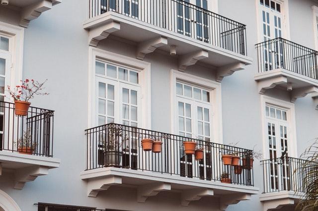 Dom s balkónmi so zábradlím.jpg