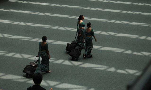 Osoby kráčajú z letiska, letisko, batožina