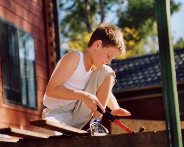 Chlapec sa hrá pred domom, prírodné prostredie
