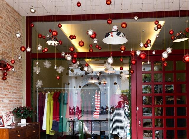Veľká presklená stena s červenými rámami a Vianočnou výzdobou.jpg