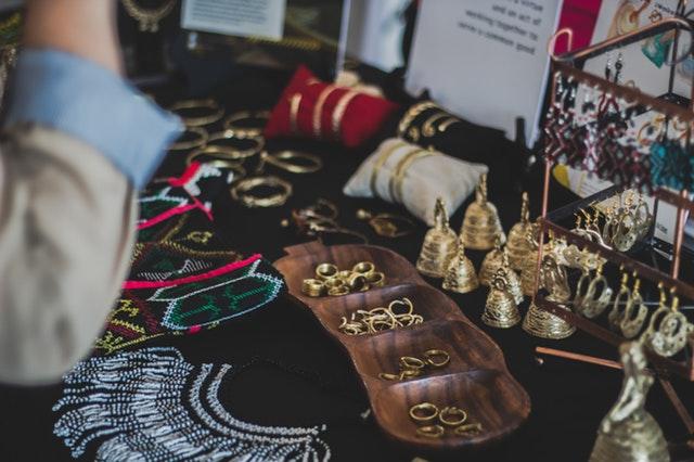 Žena sedí pri kozmetickom stolíku, na ktorom má rôzne šperky.jpg