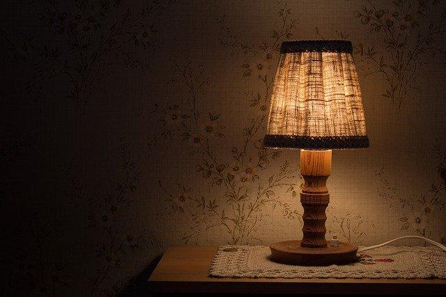 Guľatá zasvietená žiarovka na strope