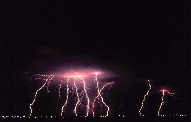 Fialové blesky na oblohe